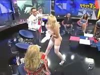 美女影星电视直播被扯掉衣服